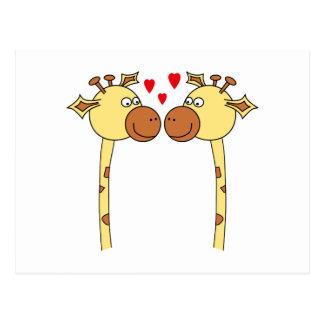 Cartão Postal Dois girafas com corações vermelhos do amor.