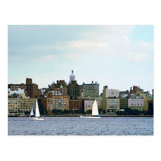 Cartão Postal Dois veleiros contra a skyline de Manhattan