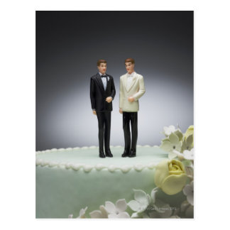 Cartão Postal Duas estatuetas do noivo sobre o bolo de casamento
