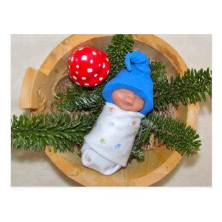 Cartão Postal Duende bonito do bebê no pinho com Toadstool:
