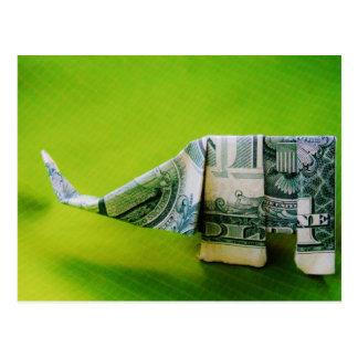 Cartão Postal Elefante do origami da nota de dólar no fundo