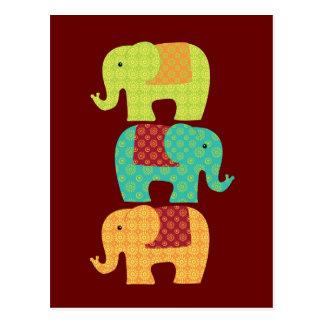 Cartão Postal Elefantes étnicos com as flores no vermelho marrom