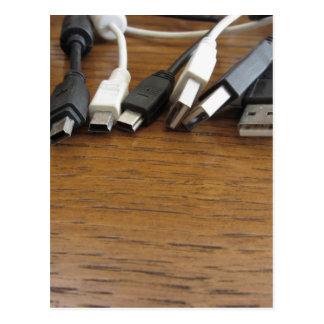 Cartão Postal Emaranhado de cabos empoeirados do computador com