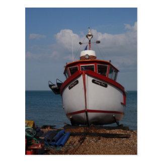 Cartão Postal Embaçamento da manhã do barco de pesca na praia