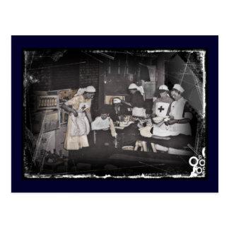 Cartão Postal Enfermeiras da criança do soldado na estação de