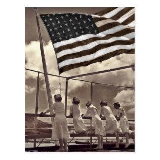 Cartão Postal Enfermeiras que olham uma ilha 1945