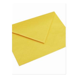 Cartão Postal Envelope amarelo isolado no branco