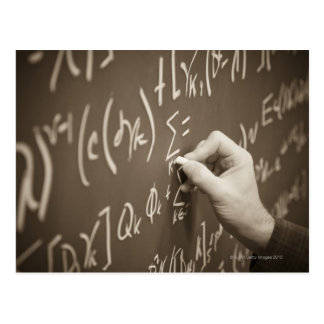 Cartão Postal Equações da matemática da impressão do homem em um
