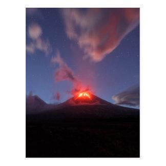 Cartão Postal Erupção Klyuchevskaya Sopka da noite em Kamchatka