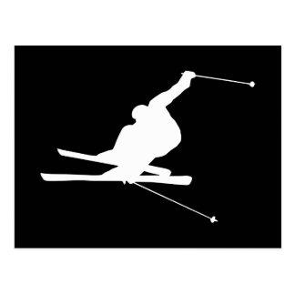 Cartão Postal Esquiador em declive preto e branco