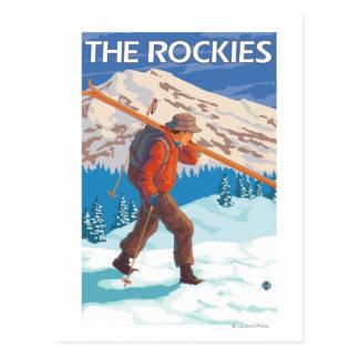 Cartão Postal Esquis da neve do carregando do esquiador - as