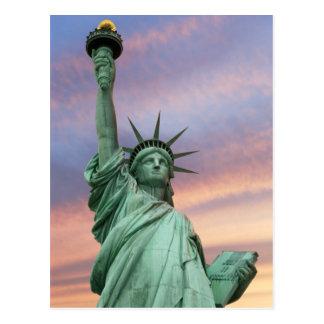 Cartão Postal estátua da liberdade sob o céu vívido