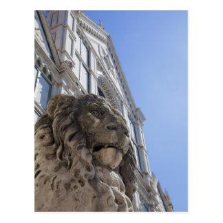 Cartão Postal estátua de um leão com a fachada de Santa Croce
