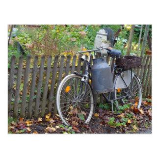 Cartão Postal Estilo country da bicicleta de dois veículos com