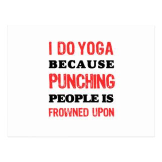 Cartão Postal Eu faço a ioga porque perfurar pessoas é olhada de