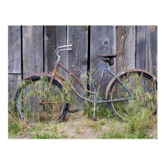 Cartão Postal EUA, Oregon, curvatura. Uma bicicleta velha