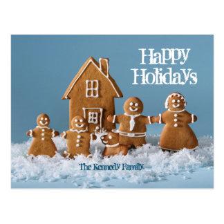 Cartão Postal Família do pão-de-espécie na frente da casa de