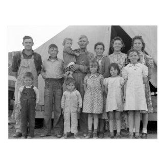 Cartão Postal Família emigrante durante a colheita da ervilha --