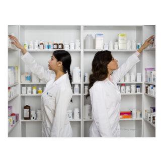 Cartão Postal Farmacêuticos que alcançam para a medicamentação