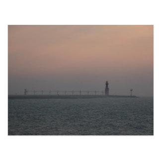 Cartão Postal Farol enevoado do Lago Michigan