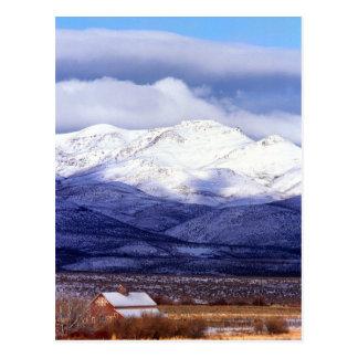 Cartão Postal Fazenda nas montanhas Idaho de Owyhee