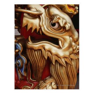 Cartão Postal Feche acima do dragão do ouro na coluna do templo