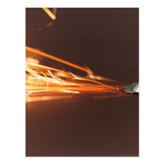Cartão Postal Ferramenta de aço em um moedor com faíscas