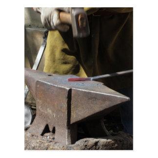 Cartão Postal Ferreiro que forja manualmente o metal derretido