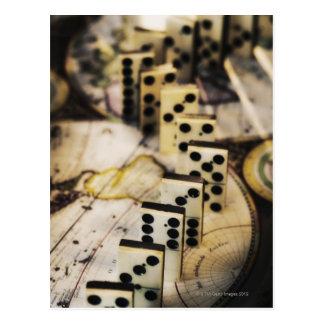Cartão Postal Fileira dos dominós no mapa de Velho Mundo