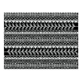 Cartão Postal Fileiras de padrões preto e branco do Doodle