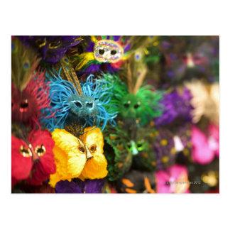 Cartão Postal Fim-acima de máscaras diminutas coloridas em um
