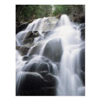 Cartão Postal Fim-acima de uma cachoeira sobre pedregulhos,