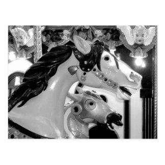 Cartão Postal Fim pintado do carrossel dos cavalos acima do