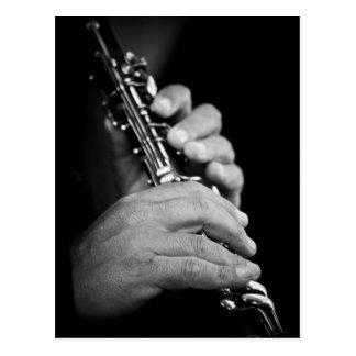Cartão Postal Flauta que está sendo jogada em preto e branco