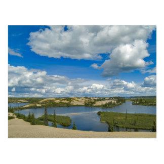 Cartão Postal Flutuador das nuvens de Cumulus acima dos lagos,
