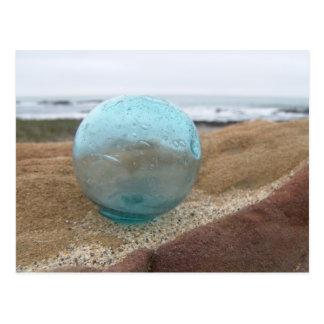 Cartão Postal Flutuador de vidro na areia na praia