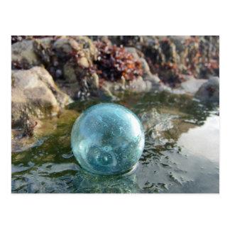 Cartão Postal Flutuador de vidro perto da piscina da maré