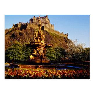 Cartão Postal Fonte e tulipas alaranjadas, castelo de Edimburgo,