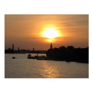 Cartão Postal Foto do por do sol dramático em Veneza laguna,