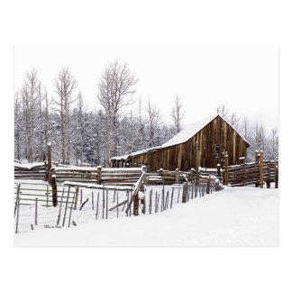 Cartão Postal Fotografia de cena rural nevado do celeiro