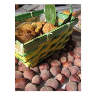 Cartão Postal Frutas do outono com avelã e os figos secados