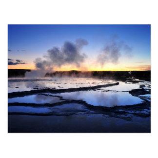 Cartão Postal Fumo do geyser no por do sol