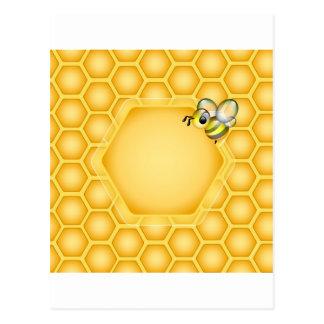 Cartão Postal Fundo do favo de mel com uma abelha bonito