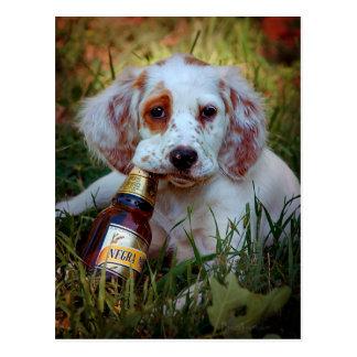 Cartão Postal Garrafa do filhote de cachorro e de cerveja