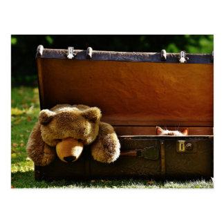 Cartão Postal Gatinho curioso da mala de viagem com ursinho