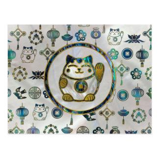 Cartão Postal Gato afortunado de Maneki Neko na pérola e no olmo