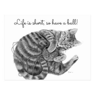 Cartão Postal Gato de gato malhado que joga com uma bola do