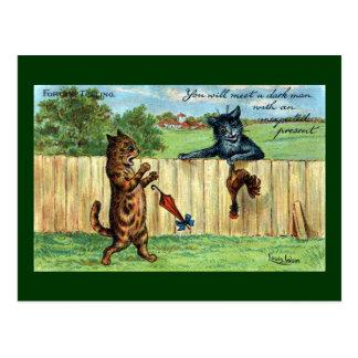 Cartão Postal Gato malhado Startled pelo gato escuro com