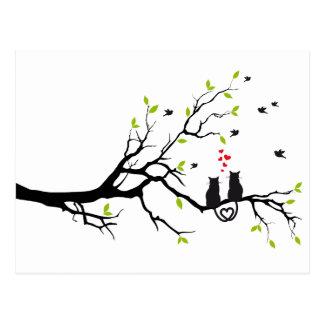 Cartão Postal Gatos no amor com corações vermelhos na árvore do