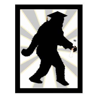 Cartão Postal Graduação Sasquatch com boné do formando
